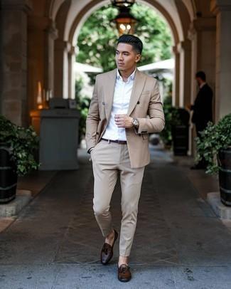 Comment s'habiller en été: Essaie d'associer un costume marron clair avec une chemise de ville blanche pour une silhouette classique et raffinée. Une paire de mocassins à pampilles en cuir marron foncé apportera un joli contraste avec le reste du look. Nous aimons absolument ce look estival.