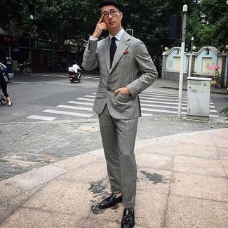 Comment porter une chemise de ville blanche: Harmonise une chemise de ville blanche avec un costume gris pour un look classique et élégant. Décoince cette tenue avec une paire de mocassins à pampilles en cuir noirs.