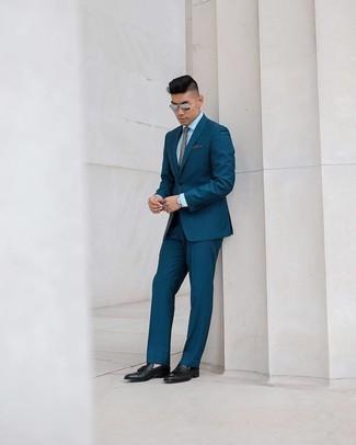 Comment s'habiller pour un style elégantes: Harmonise un costume à rayures verticales bleu canard avec une chemise de ville blanche pour dégager classe et sophistication. Une paire de mocassins à pampilles en cuir noirs est une option avisé pour complèter cette tenue.