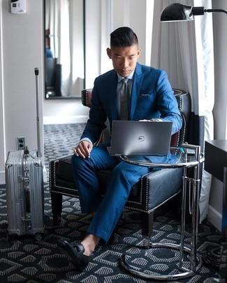 Comment s'habiller pour un style elégantes: Choisis un costume à rayures verticales bleu et une chemise de ville bleu clair pour un look pointu et élégant. Une paire de mocassins à pampilles en cuir noirs est une option astucieux pour complèter cette tenue.