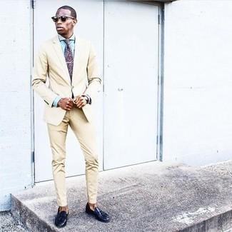 Comment porter une chemise de ville bleu clair: Associe une chemise de ville bleu clair avec un costume beige pour un look pointu et élégant. Tu veux y aller doucement avec les chaussures? Termine ce look avec une paire de mocassins à pampilles en cuir bleu marine pour la journée.