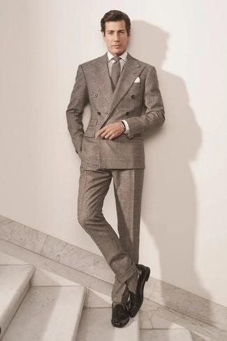 Comment porter une montre en cuir noire: Pense à porter un costume écossais marron et une montre en cuir noire pour obtenir un look relax mais stylé. Complète cet ensemble avec une paire de mocassins à pampilles en cuir noirs pour afficher ton expertise vestimentaire.