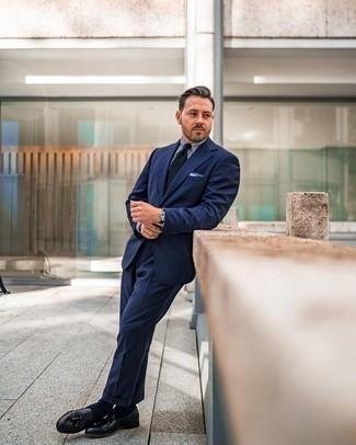 Comment porter une pochette de costume blanc et bleu: Associe un costume bleu marine avec une pochette de costume blanc et bleu pour affronter sans effort les défis que la journée te réserve. Une paire de mocassins à pampilles en cuir noirs est une façon simple d'améliorer ton look.
