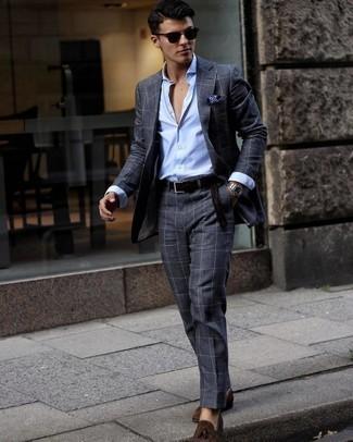 Comment s'habiller pour un style elégantes: Harmonise un costume à carreaux gris foncé avec une chemise de ville à rayures verticales bleu clair pour une silhouette classique et raffinée. Complète ce look avec une paire de mocassins à pampilles en daim marron foncé.