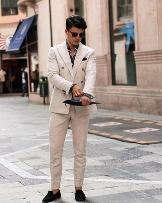 Tendances mode hommes: Essaie d'harmoniser un costume beige avec une chemise de ville imprimée noire pour dégager classe et sophistication. Si tu veux éviter un look trop formel, complète cet ensemble avec une paire de mocassins en daim noirs.