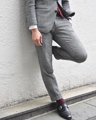 Comment porter: costume écossais gris, chemise de ville blanche, monks en cuir noirs, cravate imprimée cachemire bordeaux