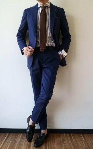 Comment porter des monks en cuir noirs: Associe un costume bleu marine avec une chemise de ville à rayures verticales blanc et bleu marine pour un look classique et élégant. Une paire de des monks en cuir noirs est une option astucieux pour complèter cette tenue.