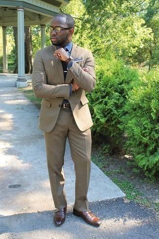 Comment porter une montre en cuir marron foncé: Pour une tenue de tous les jours pleine de caractère et de personnalité pense à associer un costume marron clair avec une montre en cuir marron foncé. Apportez une touche d'élégance à votre tenue avec une paire de des monks en cuir marron.