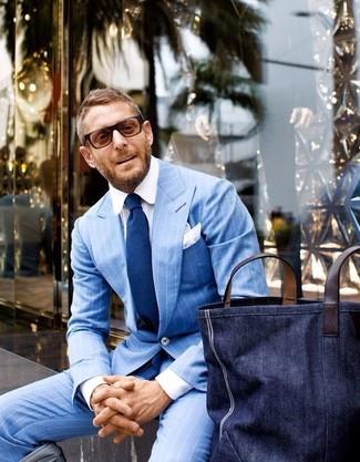 Comment porter un sac fourre-tout en denim bleu marine: Opte pour un costume bleu clair avec un sac fourre-tout en denim bleu marine pour un déjeuner le dimanche entre amis.