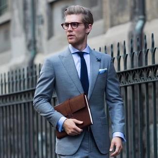 Comment porter: costume écossais bleu clair, chemise de ville bleu clair, serviette en cuir marron foncé, cravate bleu marine
