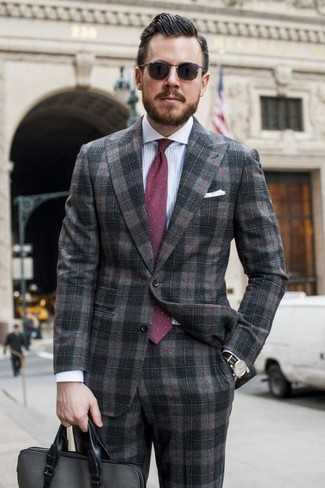 Comment porter: costume écossais gris foncé, chemise de ville à rayures verticales blanc et bleu, serviette en cuir gris foncé, cravate á pois bordeaux