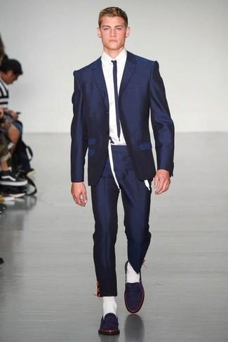 Comment porter: costume bleu marine, chemise de ville blanche, slippers en daim bleu marine, cravate bleu marine