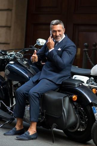 Comment porter: costume à rayures verticales bleu marine, chemise de ville blanche, slippers en daim bleu marine, cravate bleu marine