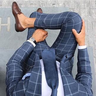 Comment porter: costume à carreaux bleu marine, chemise de ville blanche, slippers en cuir marron, cravate bleu marine