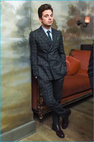 Comment porter: costume écossais gris foncé, chemise de ville bleu clair, slippers en cuir bordeaux, cravate à carreaux vert foncé