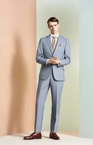 Comment porter: costume à carreaux bleu clair, chemise de ville blanche, slippers en cuir bordeaux, cravate beige