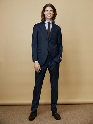 Comment porter: costume à rayures verticales bleu marine, chemise de ville bleu clair, slippers en cuir noirs, cravate olive