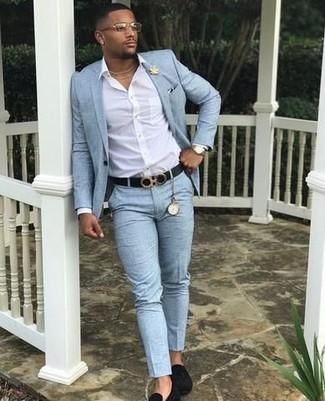 Comment porter: costume bleu clair, chemise de ville blanche, slippers en daim noirs, broche dorée