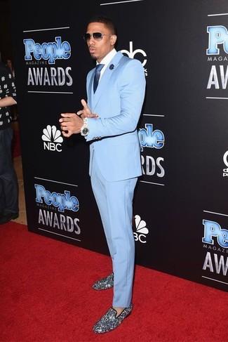 Comment porter: costume bleu clair, chemise de ville blanche, slippers pailletés argentés, cravate en soie bleu marine