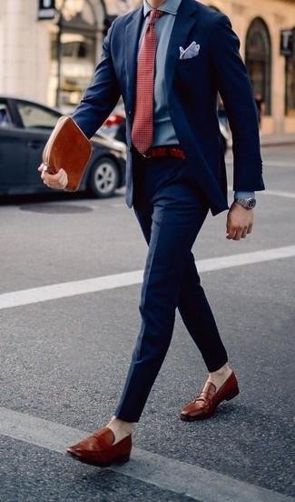 Comment porter: costume bleu marine, chemise de ville en chambray bleu clair, slippers en cuir tabac, cravate á pois rouge