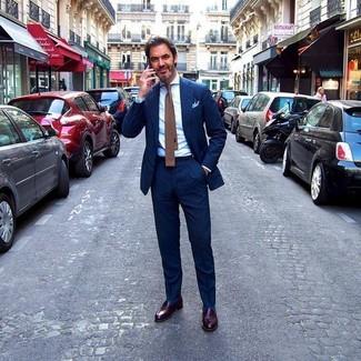 Comment porter: costume à rayures verticales bleu marine, chemise de ville blanche, slippers en cuir marron foncé, cravate en tricot marron