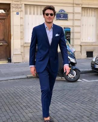 Comment porter: costume bleu marine, chemise de ville violet clair, slippers en cuir marron foncé, pochette de costume blanche