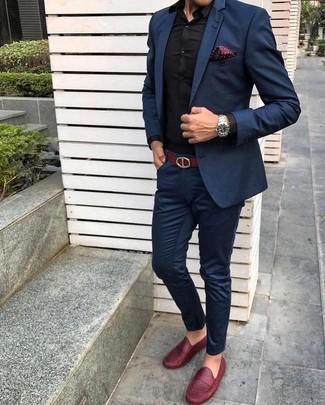 Comment porter: costume bleu marine, chemise de ville noire, slippers en cuir rouges, pochette de costume á pois bordeaux