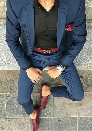 Comment porter des slippers en cuir rouges: Essaie d'associer un costume bleu marine avec une chemise de ville noire pour dégager classe et sophistication. Si tu veux éviter un look trop formel, opte pour une paire de des slippers en cuir rouges.