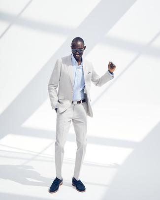 Comment porter: costume gris, chemise de ville à rayures verticales bleu clair, slippers en daim bleu marine, ceinture en cuir marron foncé