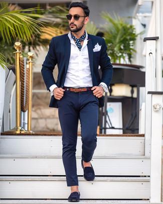 Comment porter une ceinture en toile bleu marine: Pour créer une tenue idéale pour un déjeuner entre amis le week-end, harmonise un costume bleu marine avec une ceinture en toile bleu marine. Jouez la carte classique pour les chaussures et choisis une paire de des slippers en daim bleu marine.