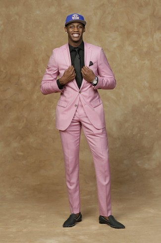 Comment porter: costume rose, chemise de ville noire, slippers en satin noirs, casquette de base-ball imprimée bleue