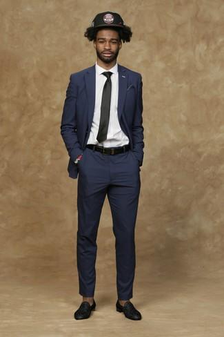 Comment porter: costume bleu marine, chemise de ville blanche, slippers en cuir ornés noirs, casquette de base-ball imprimée noire