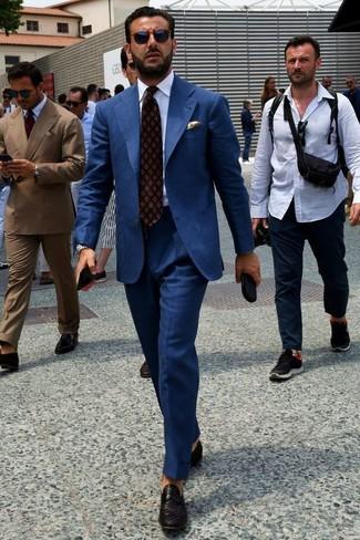 Tenue: Costume bleu marine, Chemise de ville blanche, Slippers en cuir tressés noirs, Cravate imprimée bordeaux