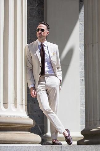 Comment porter: costume en seersucker beige, chemise de ville blanche, slippers en cuir marron foncé, cravate en tricot marron foncé