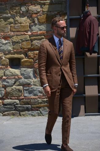 Comment porter: costume marron, chemise de ville blanche, slippers en daim marron foncé, cravate à rayures horizontales bleu marine