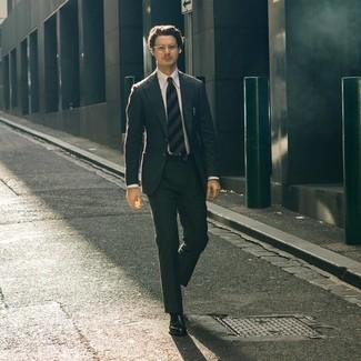 Comment porter: costume gris foncé, chemise de ville blanche, slippers en cuir noirs, cravate à rayures horizontales bleu marine