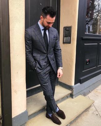 Comment porter: costume à carreaux gris foncé, chemise de ville à rayures verticales bleu clair, slippers en daim marron foncé, cravate noire