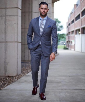 Comment porter: costume bleu, chemise de ville bleu clair, slippers en cuir bordeaux, cravate à rayures verticales bleu clair