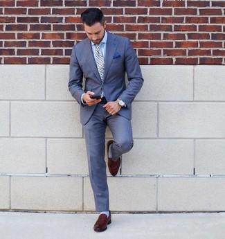 Comment porter: costume bleu, chemise de ville bleu clair, slippers en cuir marron, cravate à rayures verticales bleu clair