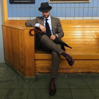 Comment porter: costume en laine écossais marron, chemise de ville bleu clair, slippers en cuir marron foncé, chapeau en laine gris foncé