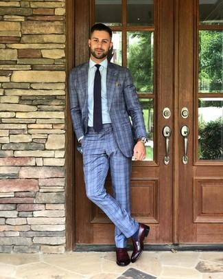 Comment porter une cravate á pois bleu marine et blanc: Opte pour un costume écossais bleu clair avec une cravate á pois bleu marine et blanc pour une silhouette classique et raffinée. Tu veux y aller doucement avec les chaussures? Termine ce look avec une paire de des slippers en cuir bordeaux pour la journée.