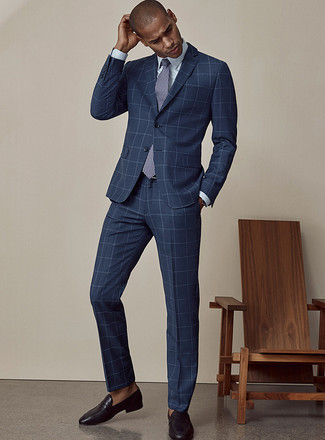 Comment porter une cravate imprimée bleu marine et blanc: Pense à marier un costume à carreaux bleu marine avec une cravate imprimée bleu marine et blanc pour une silhouette classique et raffinée. Une paire de des slippers en cuir noirs apportera un joli contraste avec le reste du look.