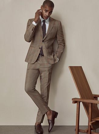 Comment porter une cravate imprimée bordeaux: Pense à associer un costume écossais marron avec une cravate imprimée bordeaux pour un look classique et élégant. Si tu veux éviter un look trop formel, choisis une paire de des slippers en cuir marron foncé.