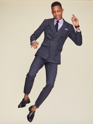 Comment porter des slippers en cuir noirs: Harmonise un costume à rayures verticales gris foncé avec une chemise de ville violet clair pour une silhouette classique et raffinée. Une paire de des slippers en cuir noirs est une option avisé pour complèter cette tenue.