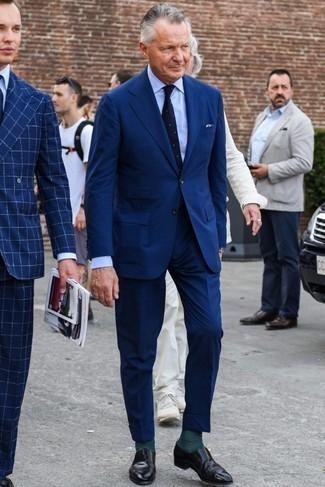 Comment s'habiller pour un style elégantes: Marie un costume bleu marine avec une chemise de ville bleu clair pour dégager classe et sophistication. Si tu veux éviter un look trop formel, complète cet ensemble avec une paire de des slippers en cuir noirs.
