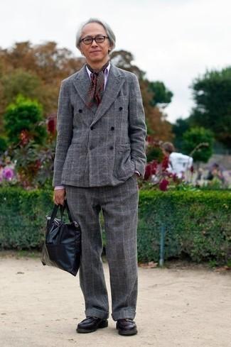 Comment porter une écharpe imprimée marron foncé: Pense à opter pour un costume en laine écossais gris et une écharpe imprimée marron foncé pour une tenue idéale le week-end. Jouez la carte classique pour les chaussures et termine ce look avec une paire de des slippers en cuir pourpre foncé.
