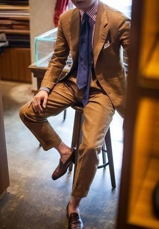 Comment porter un costume tabac: Porte un costume tabac et une chemise de ville à rayures verticales blanc et rouge pour dégager classe et sophistication. Cet ensemble est parfait avec une paire de des slippers en cuir marron foncé.