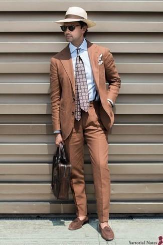 Comment porter un costume tabac: Fais l'expérience d'un style classique avec un costume tabac et une chemise de ville bleu clair. Tu veux y aller doucement avec les chaussures? Complète cet ensemble avec une paire de des slippers en daim marron pour la journée.