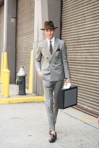 Comment porter un chapeau en laine marron foncé: Harmonise un costume à rayures verticales gris avec un chapeau en laine marron foncé pour un déjeuner le dimanche entre amis. Une paire de des slippers en cuir pourpre foncé est une façon simple d'améliorer ton look.