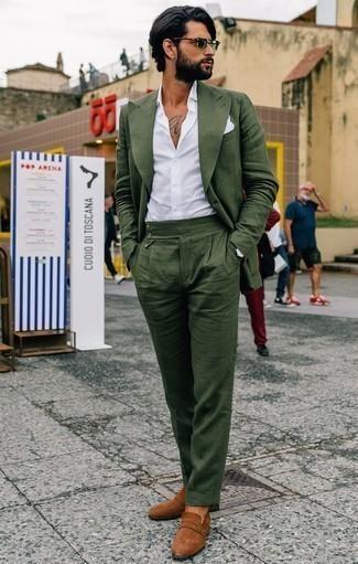 Comment porter des slippers en daim tabac: Pense à harmoniser un costume vert foncé avec une chemise de ville blanche pour dégager classe et sophistication. Si tu veux éviter un look trop formel, fais d'une paire de des slippers en daim tabac ton choix de souliers.